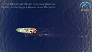 Navio de investigação NI Noruega em operação de aquisição de sísmica de reflexão (foto cortesia de Luís Sebastião)