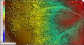 Imagem da morfologia do fundo marinho com escala de cores entre aproximadamente 15 m e 110 m abaixo do nível do mar. A resolução vertical é de aproximadamente 10 cm e a horizontal de 50 cm. Notam-se bem os substratos rochosos antigos entalhados por rios aquando de níveis do mar mais baixos em períodos climáticos frios no Quaternário (possivelmente, há cerca de 18 mil anos).